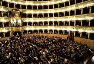 La platea gremita per la prima del Napoli Teatro FEstival Italia