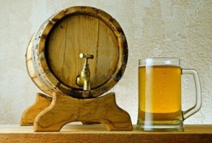 10999421-birra-e-botte-sul-tavolo-di-legno