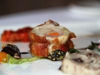 Sella di coniglio con peperoni, insalatina e frutta secca, patate e olive