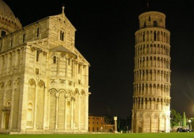 La Torre di Pisa di sera